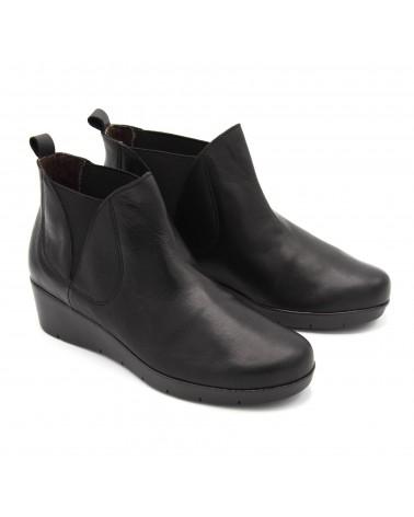 Boot with black elastics