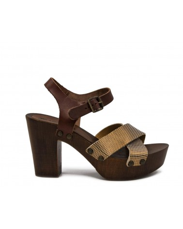 Sandalia marrón cruzada